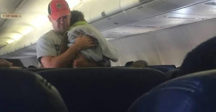 Большинство пассажиров решили, что этот человек является отцом ребёнка. Никто и подумать не мог, что мужчины могут поступать подобным образом...