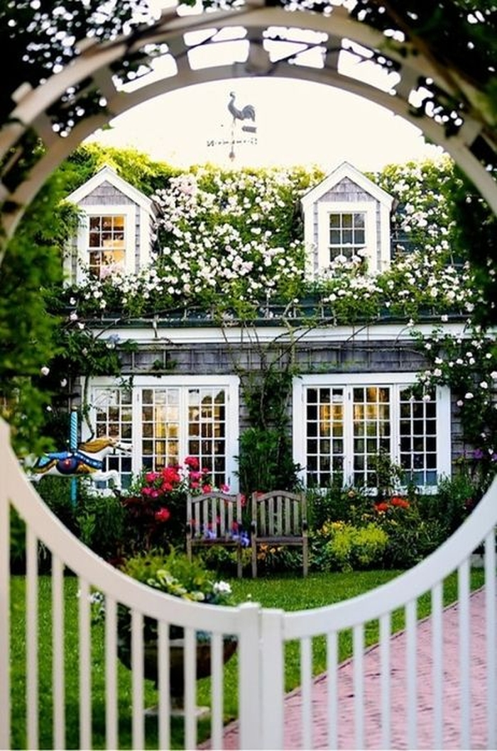 Очень красивые дома, которые будто бы возведены прямо из цветов...